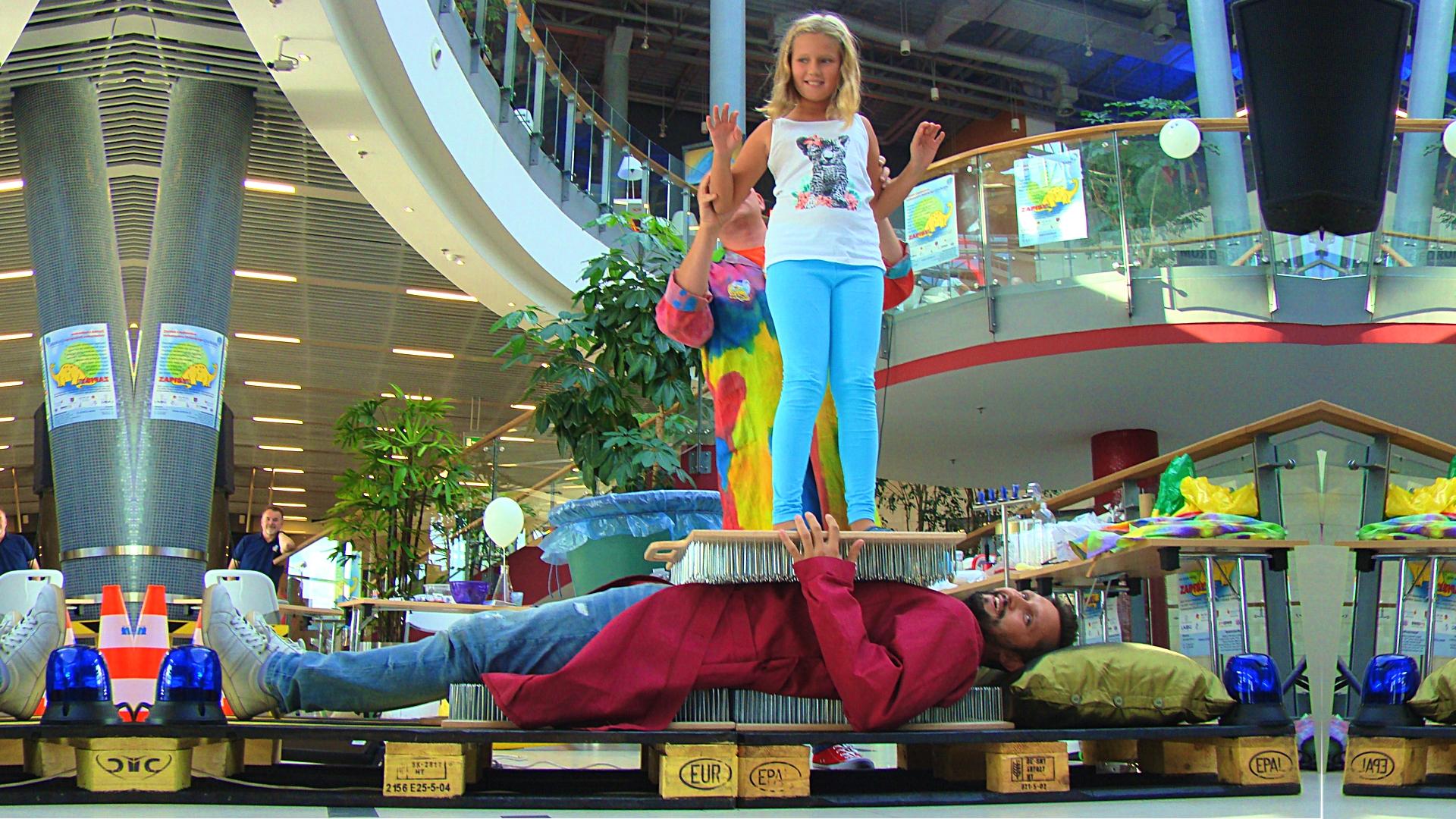 Łoże fakira z 4 tys. gwoździ, tata z córką w CH Forum Gliwice