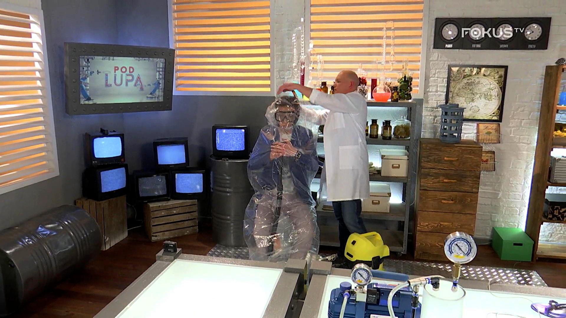 Pakowanie próżniowe człowieka w programie Pod Lupą, © Fokus TV