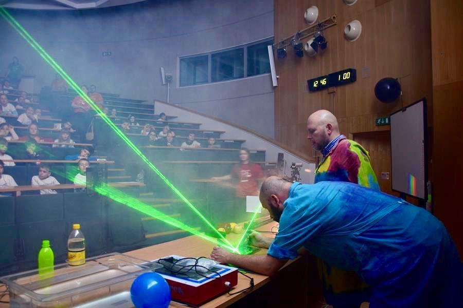 Badanie prawa odbicia światła za pomocą laserów