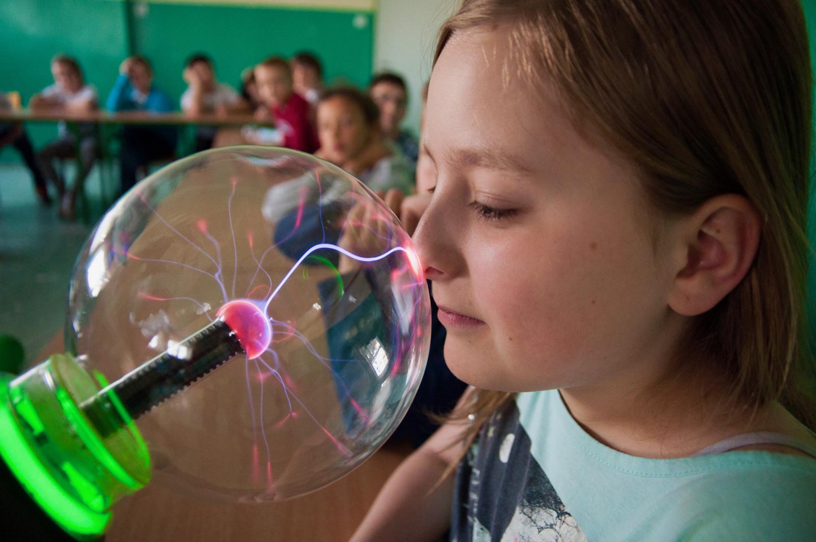 Odważny naukowiec bada wyładowania elektryczne