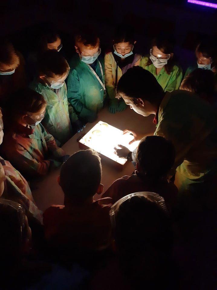 Młodzi naukowcy oglądają hodowle